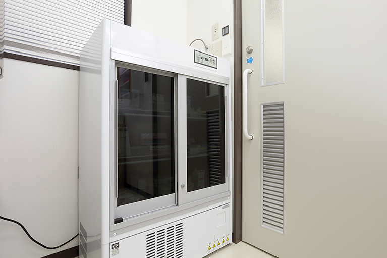 薬品管理に特化した冷蔵庫を使用しています